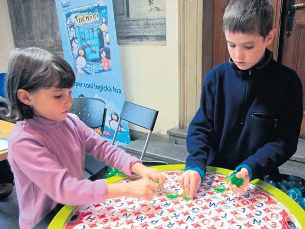 RODINA CHVOJKOVÝCH v rámci výuky často využívá i návštěvy akcí pro domácí školáky i veřejnost. Na fotografii děti zkouší jednu z atrakcí na festivalu Hry a hlavolamy.