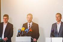Koaliční lídři Jiří Pospíšil (Spojené síly pro Prahu), Zdeněk Hřib (Piráti) a Jan Čižinský (Praha sobě) zažehnali krizi kvůli možnému zdanění prázdných bytů.