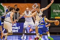 Basketbalista USK Igor Josipovič (číslo 55) při obranné práci.