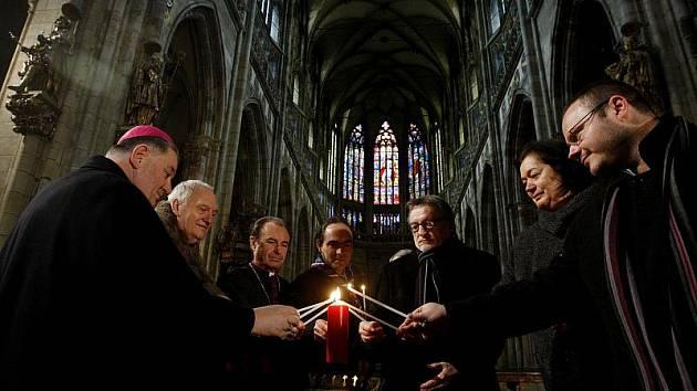 Skauti přinesli 16. prosince do katedrály sv. Víta Betlémské světlo a jako prvnímu ho předali arcibiskupovi Dominiku Dukovi.