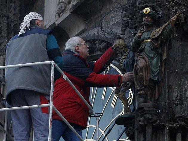 Restaurátoři sundávali 13. ledna z orloje na pražském Staroměstském náměstí čtyři sochy, aby je mohli zrestaurovat.