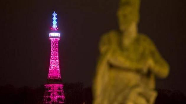 Petřínská rozhledna v barvách trikolory. Podoba věže postavené v roce 1891 byla inspirována pařížskou Eiffelovkou.