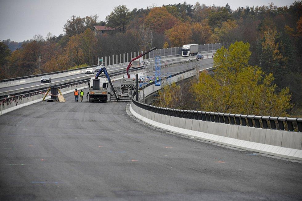 Opravovaný úsek dálnice D1 na mostě přes údolí Sázavy ve Hvězdonicích na Benešovsku na snímku z 10. listopadu 2020.
