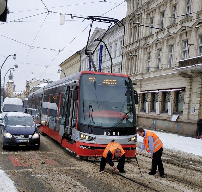 Řidiče tramvají zaměstnala sněhová kalamita 8. února 2021 ještě o něco víc kvůli boji s výhybkami.