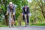 Výstava Posedlost bratrů sklářů ukazuje svítidla inspirovaná cyklistikou.