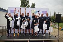 Zaměstnanecká liga Deníku: Pražské kolo na hřišti v Čakovicích. Na snímku vítězný tým Electro World.