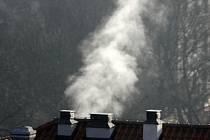 TOPNÁ SEZÓNA. Kouř vzniklý spalováním uhlí je nebezpečný obsahem rakovinotvorných látek.