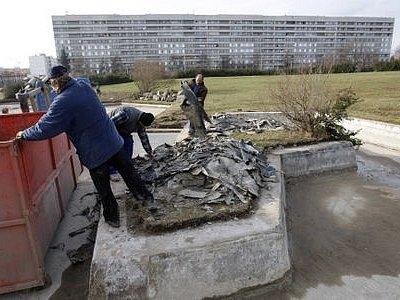 Začalo se s kaskádou. Práce na obnově proseckého parku běží už měsíc. V současnosti pracují dělníci na zchátralém systému umělých potůčků a jezírek.