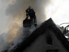 Požár střechy domu ve Slivenci.