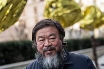 Čínský umělec Aj Wej-Wej představil 5. února v Praze před Veletržním palácem svoji výstavu dvanácti plastik souboru Zvěrokruh.