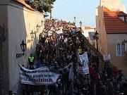 Pochod demonstrantů z Pražského hradu na Staroměstské náměstí proti Andreji Babišovi (ANO), který se koná 17. listopadu.