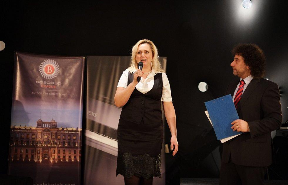 Zuzana Ceralová Petrofová, prezidentka společnosti PETROF s moderátorem soutěže Vladimírem Krocem.