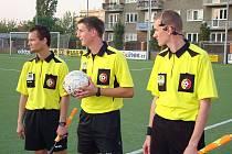 FOTBAL ZKOUŠÍ TECHNIKU. Sluchátko s mikrofonem a minikamera, to by mohlo být v budoucnosti běžné vybavení fotbalového arbitra. Zatím se zkouší v nižších soutěžích.