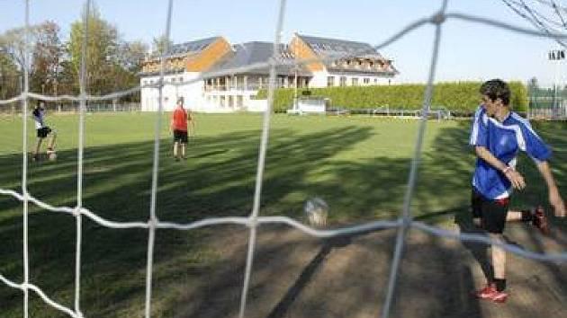 REKONSTRUKCE. V Satalicích se staví nový areál, zatím fotbalisté hrají své zápasy ve Vinoři.