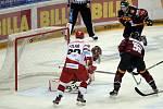 Utkání 34. kola hokejové extraligy: HC Sparta Praha - Mountfield Hradec Králové, 10. ledna 2021 v Praze. David Tomášek ze Sparty (vpravo) střílí první gól.