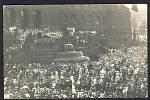 Pohlednice zaznamenala manifestaci k 50letému výročí Národního divadla v roce 1918, pro policejní složky to byla záminka, jak s aktivistů vyrobit zločince.