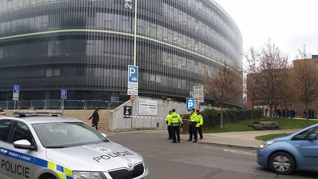 V dejvickém kampusu byla nahlášena bomba.