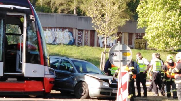 Na Evropské ulici se střela tramvaj s osobním autem.