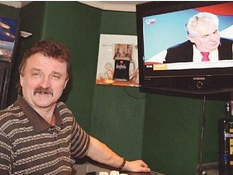 HOSTINSKÝ MARTIN BRABEC z restaurace U Nováků jako jeden z mála barmanů v centru Prahy pustil hostům v televizi prezidentský duel.