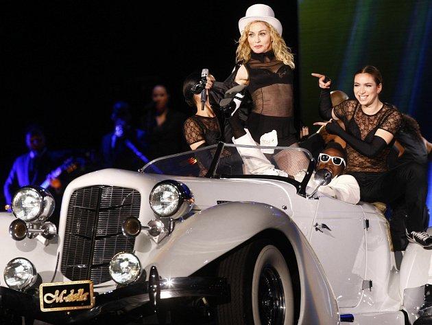 Americká zpěvačka Madonna při vystoupení 13. srpna 2009 v rámci svého turné Sticky&Sweet tour v pražském přírodním amfiteátru na Chodově.