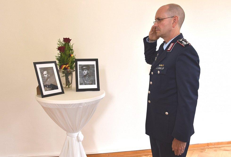 Německý velvyslanec Christoph Israng vzdává čest československým parašutistům.