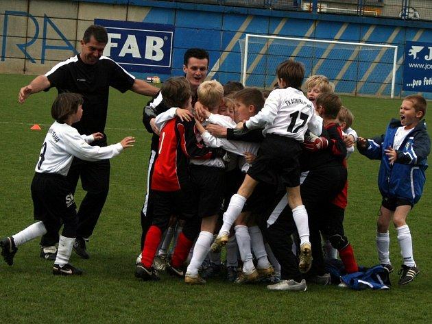 EUFORIE V ČERNOBÍLÉ. Nadšení z třetího místa na Admira Cupu 2008 bylo nelíčené. S kluky se radují i asistenti trenéra Jiří Vávra (vlevo) a David Hradil.