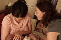 Markéta Scott Gasparová radí s kojením.