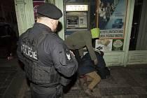 Městská policie se v zimě snaží pomáhat lidem bez domova.