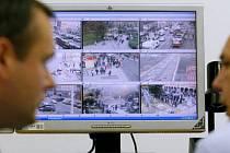 MĚSTO POD DOZOREM. Rok od roku roste v metropoli počet kamer, které nepřetržitě sledují dění v ulicích. Služebna strážníků v Korunní ulici (na snímku) funguje od loňského podzimu.