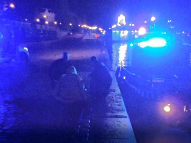 Cizinec spadl do Vltavy.