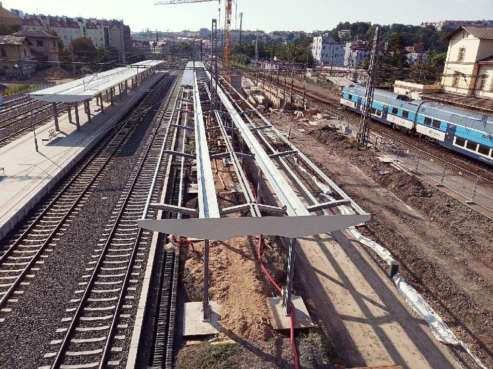 Nádraží Praha-Vršovice. Pohled na staveniště z provizorní lávky nad kolejištěm.
