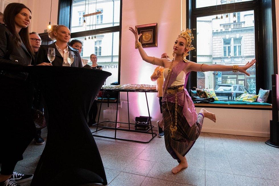 Na slavnostním otvírání restaurace nechyběl ani tanec.