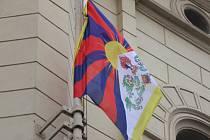 Na budově mladoboleslavského magistrátu se v pátek tibetská vlajka objevila