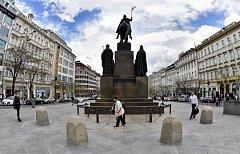 Žulové kameny u sousoší sv. Václava na Václavském náměstí.