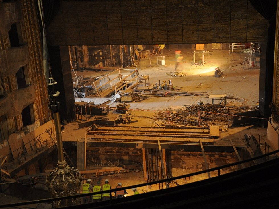 Pracovníci shlížejí do vykopaného orchestřiště.