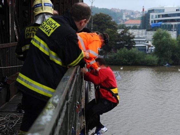 Sebevrah v Praze se chtěl zabít skokem z mostního pilíře na Rašínově nábřeží do řeky Vltavy.