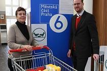 Máme z lidské solidarity radost, jako by říkala Věra Doušková, předsedkyně pražské Potravinové banky. Z vydařené akce se jistě raduje i Ondřej Kolář, starosta radnice Prahy 6.