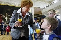 Náměstkyně pražského primátora Marie Kousalíková přijala v Brožíkově sále Staroměstské radnice děti z táborů, které pro děti z oblastí zasažených povodněmi organizuje Praha.