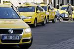 Asi 70 taxikářů se sešlo 7. března v Praze k protestní jízdě ze Strahova k pražskému magistrátu na podporu výzvy za zavedení minimálních cen za kilometr jízdy v hlavním městě.