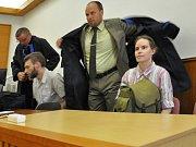 Obžalovaní Karel K. a Hana K. u pražského Městského soudu, kde 3. ledna začalo hlavní líčení v jejich případu. Žaloba manžele viní z týrání svěřené osoby, protože své dvě děti údajně nepustili celý jejich život z bytu. Hrozí jim až dvanáctileté tresty věz