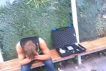 Opilého mladíka našla policejní hlídka na Černém Mostě