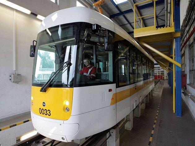 Dopravní podnik hl. m. Prahy v nejbližších týdnech začne v ulicích Prahy testovat novou nízkopodlažní tramvaj - EVO1