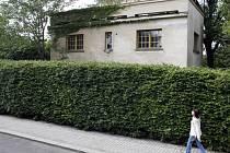 Podoba Rothmayerovy vily v Břevnově v květnu roku 2007, kdy se pražský magistrát rozhodl objekt koupit a opravit.