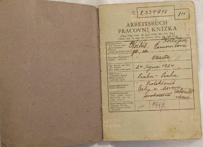 Pracovní knížka Marty Košťálová z doby, kdy byla totálně nasazená