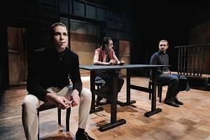 Z divadelní inscenace Bratři Karamazovi.