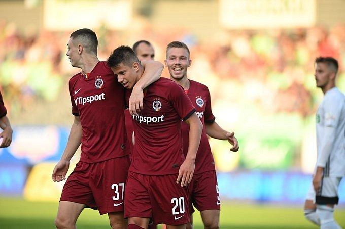Fotbalisté Sparty vyhráli v Karviné 5:2. Dva góly dal útočník Adam Hložek (uprostřed).