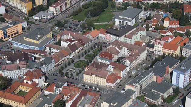 Letecký pohled na Masarykovo náměstí v Benešově.