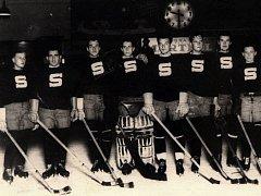V těchto dresech odehráli hokejisté Sparty své vůbec první ligové utkání. Psal se rok 1937.