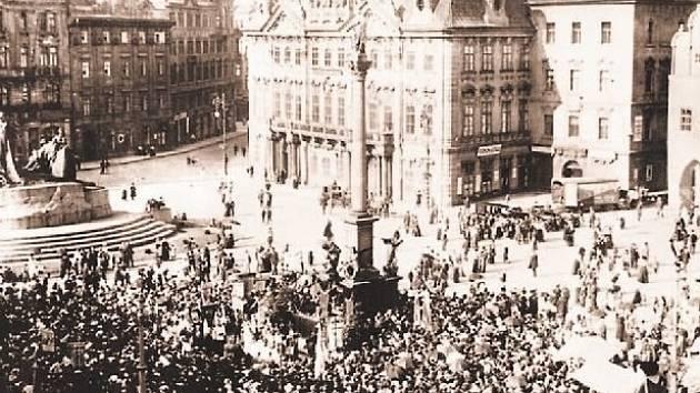 SROCENÍ LIDU můžeme kvůli znovuvztyčení Mariánského sloupu na Staroměstském náměstí podle prvotních představ magistrátu očekávat v polovině příštího roku.