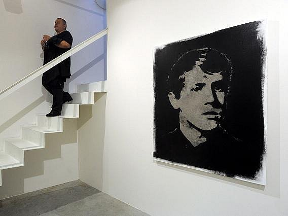 V pražské galerii Dvorak Sec Contemporary byla 27. září zahájena výstava portrétů vytvořených z lidského popela s názvem Vykradač hrobů od kontroverzního umělce a spoluzakladatele umělecké skupiny Zhotoven Romana Týce. Výstava potrvá do 25. listopadu.
